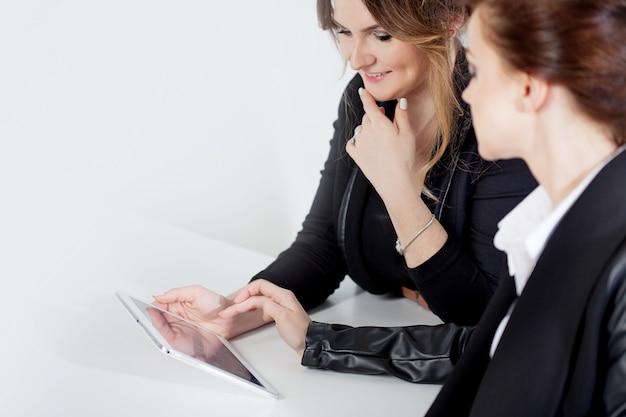 Allegre due donne d'affari