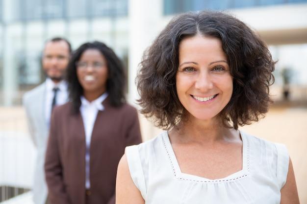 Allegro team multirazziale di affari
