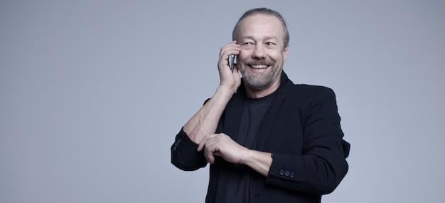 Allegro vecchio parlando al telefono.
