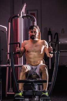 Allenamento cross fit in palestra, l'uomo muscoloso è in palestra, il concetto di sport