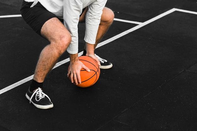 Allenamento del giocatore di basket irriconoscibile