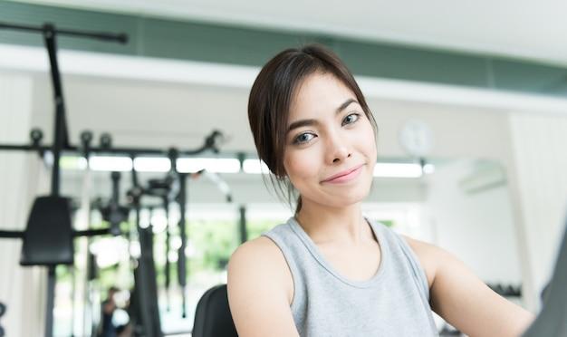 Allenamento della donna al fitness