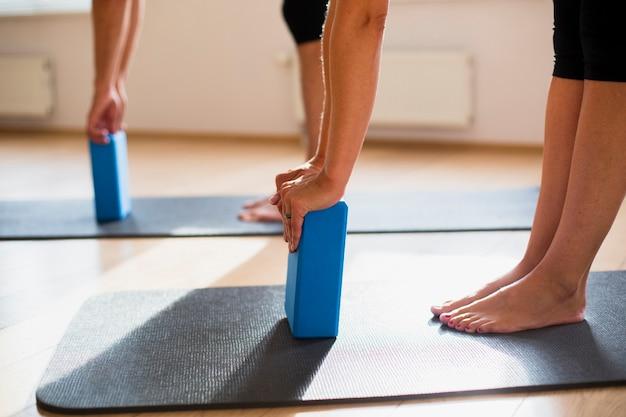 Allenamento di coppia con blocchi di pilates