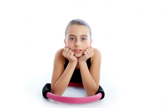 Allenamento di esercizio della ragazza del bambino dell'anello di yoga dei pilates di forma fisica