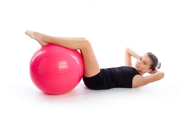 Allenamento di esercizio della ragazza del bambino della sfera svizzera di fitball di forma fisica