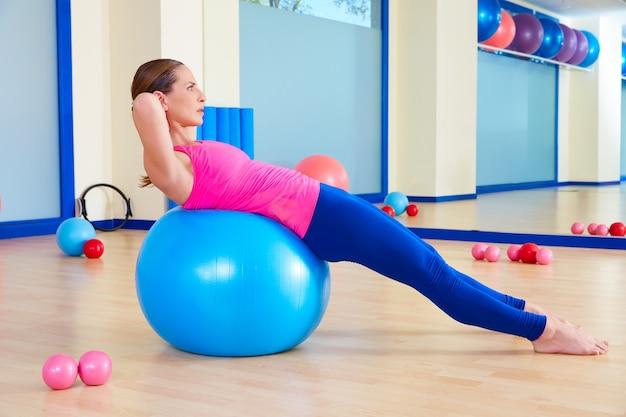 Allenamento di esercizio della sfera svizzera del fitball della donna di pilates