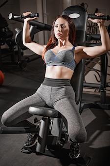 Allenamento di sollevamento pesi donna fitness in palestra