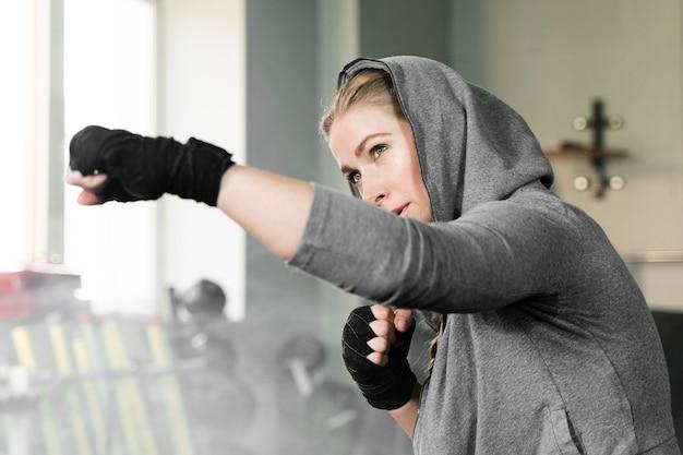 Allenamento femminile del pugile da solo per una nuova competizione