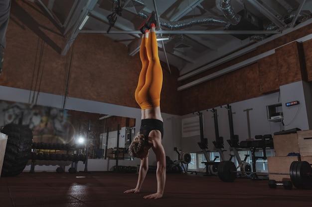 Allenamento femminile dell'atleta del crossfit