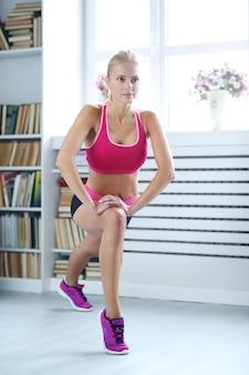 Allenamento fitness donna a casa