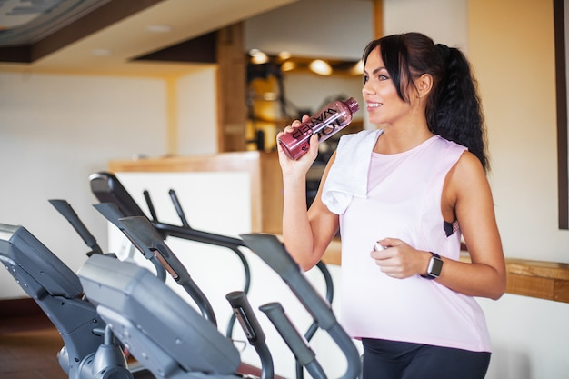 Allenamento fitness ragazza in palestra. esercizi per donne, bodybuilder, stile di vita sportivo