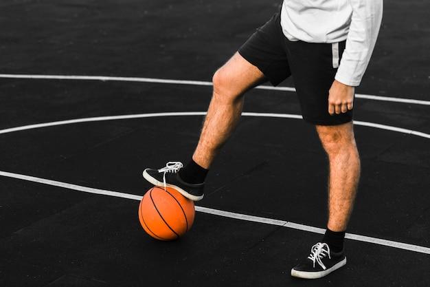 Allenamento irriconoscibile dell'atleta in campo