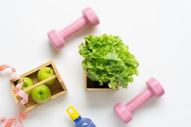 Allenamento piatto e concetto di fitness.