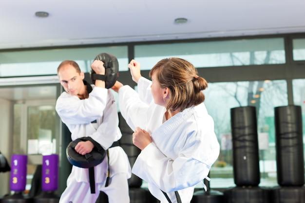 Allenamento sportivo di arti marziali in palestra