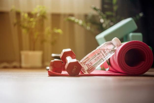 Allenamento sportivo durante la quarantena a casa. home fitness online.