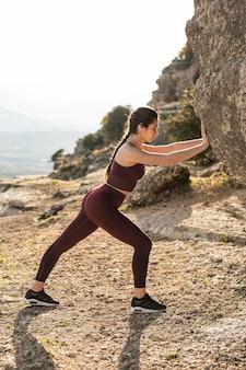 Allenamento yoga ad alto angolo da spingere