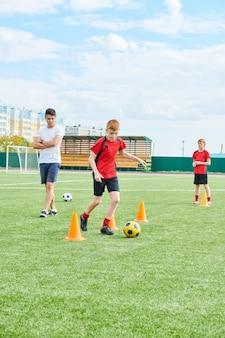 Allenatore allenamento junior football team