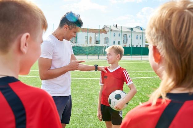 Allenatore che motiva i giovani giocatori