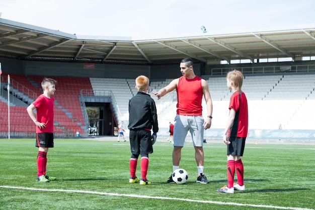 Allenatore di calcio che insegna ai bambini