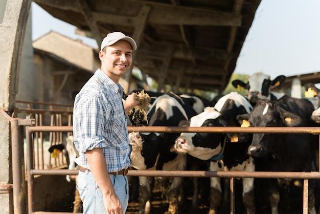 Allevatore di fronte alle sue mucche