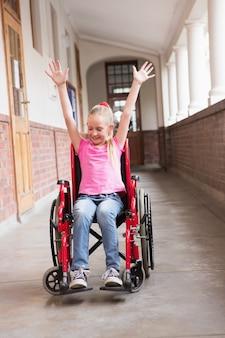 Allievo disabile sveglio che sorride nel corridoio