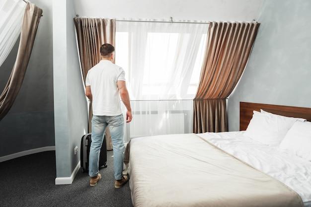 Alloggio della camera d'albergo del viaggiatore d'affari del giovane