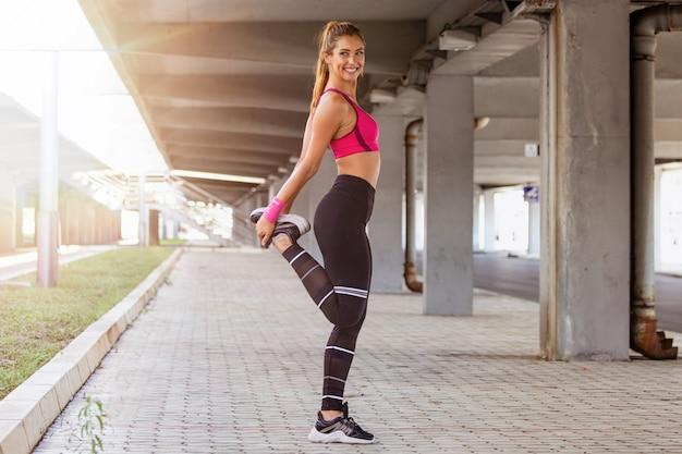 Allungamento della donna fitness