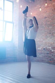 Allungamento della giovane ballerina