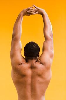 Allungamento senza camicia atletico dell'uomo