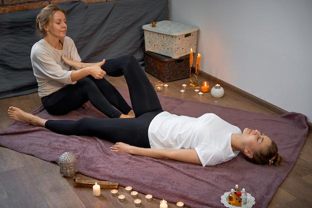 Allungamento tailandese tradizionale di massaggio.