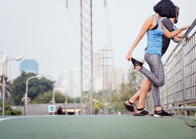 Allungando concetto sano di sport atletico di sormonto