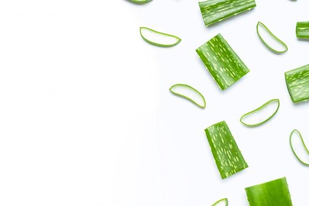 Aloe vera taglia i pezzi a fette.
