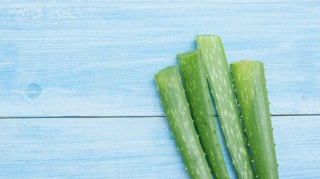 Aloe vera verde su un tavolo di legno blu.