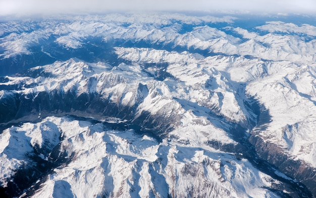 Alpi sotto la neve, veduta aerea