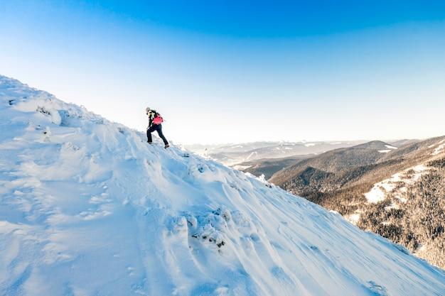 Alpinista che cammina su un ghiacciaio