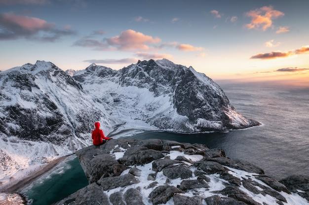 Alpinista che fa un giro turistico sulla cresta con l'oceano artico in montagna di ryten