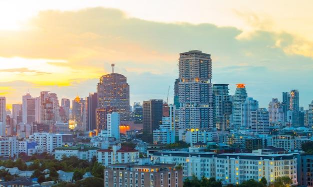 Alta costruzione moderna del centro urbano di affari di bangkok a penombra.