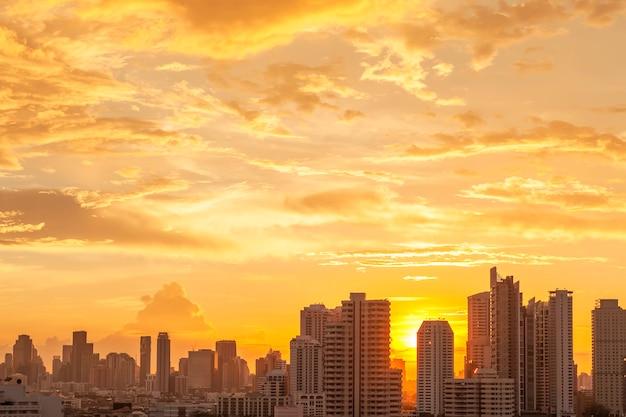 Alta costruzione moderna nella città di bangkok, tailandia. paesaggio urbano al tramonto in estate.