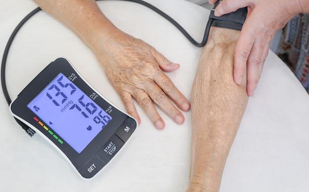 Alta pressione sanguigna della donna anziana