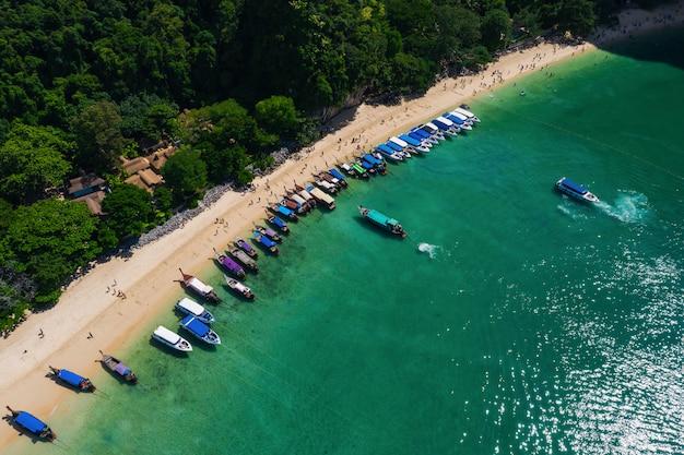 Alta stagione tailandese e straniera dei turisti della barca lunga e della coda lunga al kra bi tailandia di nang della spiaggia