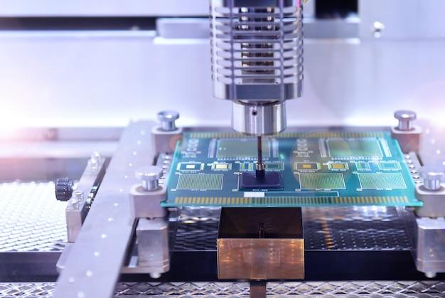 Alta tecnologia e moderno robot automatico per circuiti stampati