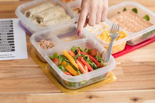 Alta varietà di alimenti biologici in scatole