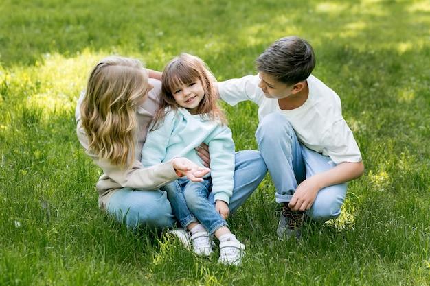 Alta vista bambini e mamma che giocano
