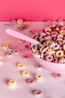 Alta vista deliziosi e nutrienti anelli di cereali e cucchiaio di frutta