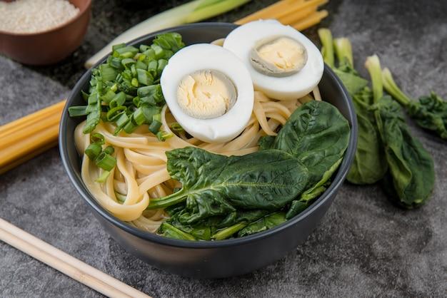 Alta vista della minestra di ramen delle uova e degli spinaci