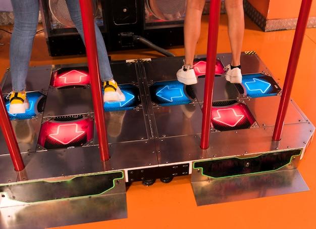 Alta vista donne che giocano a ballo arcade