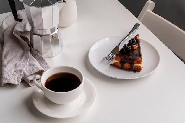 Alta vista fetta di torta con caffè