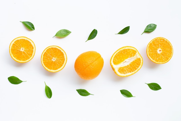Alta vitamina c. agrumi arancio freschi con le foglie isolate su fondo bianco.