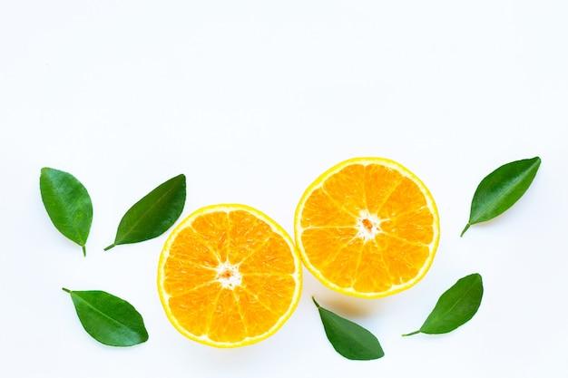 Alta vitamina c, frutti d'arancio con foglie su sfondo bianco.