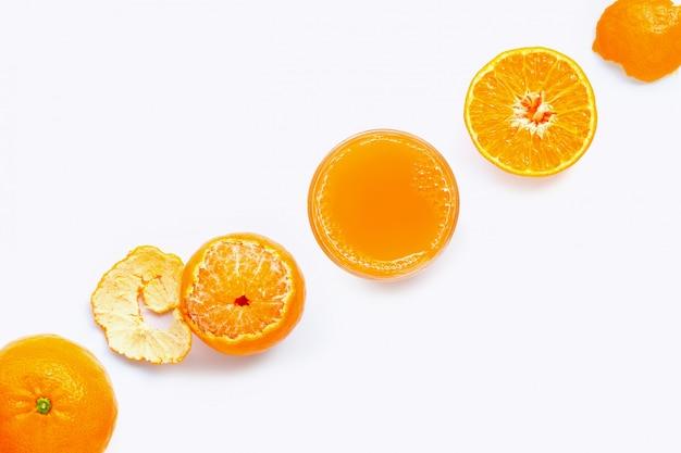 Alta vitamina c, succo d'arancia fresco con frutta, isolato su bianco. succosa e dolce